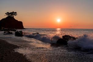 裏桂浜に上る日の出の写真素材 [FYI04537631]