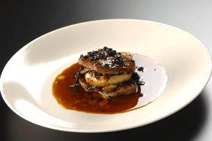 フォアグラとトリュフの肉料理の写真素材 [FYI04537693]