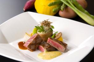 フレンチ最高級肉料理の写真素材 [FYI04537694]