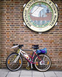 イギリス イングランド南東部 ライのレンガ塀にかけた看板と自転車の写真素材 [FYI04537856]