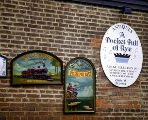 イギリス イングランド南東部 ライのレンガ塀にかけた看板の写真素材 [FYI04537857]