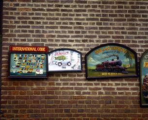 イギリス イングランド南東部 ライのレンガ塀にかけた看板の写真素材 [FYI04537858]