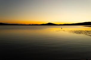 アラスカ、夕焼けと湖のシルエットの写真素材 [FYI04537917]