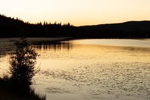 アラスカの夕焼けと湖のシルエットの写真素材 [FYI04537919]