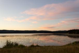 アラスカ、湖に反射する夕焼けの写真素材 [FYI04537920]