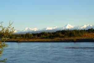 アラスカ州、夏の雪山の写真素材 [FYI04537922]