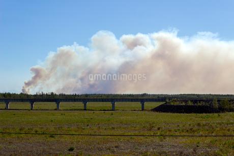 アラスカ、白煙のたなびく草原の写真素材 [FYI04537923]
