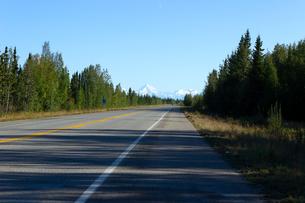 アラスカ州リチャードソンハイウェイの写真素材 [FYI04537930]