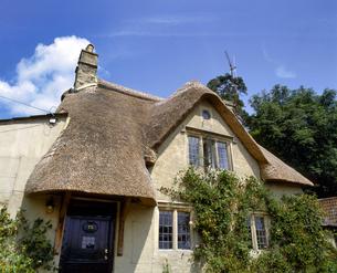 イギリス コッツウォルズ カッスルクームの古い家の写真素材 [FYI04538002]