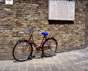 ベルギー ブルージュ レンガ塀と自転車の写真素材 [FYI04538003]
