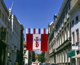 ベルギー ブルージュ 街並みと旗の写真素材 [FYI04538007]