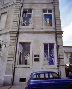 フランス プロバンス地方 アヴィニョンの建物の窓のだまし絵の写真素材 [FYI04538028]