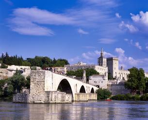 フランス プロバンス地方 アヴィニョンのサンベネゼ橋の写真素材 [FYI04538036]