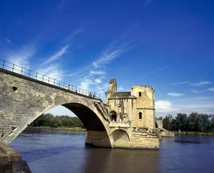 フランス プロバンス地方 アヴィニョンのサンベネゼ橋の写真素材 [FYI04538041]