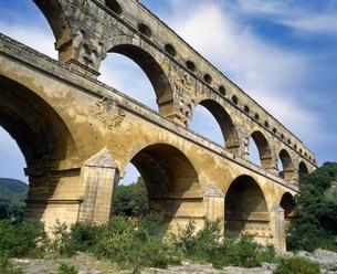 フランス プロバンス地方 ポンデュガール水道橋の写真素材 [FYI04538042]