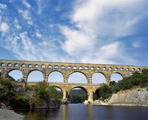 フランス プロバンス地方 ポンデュガール水道橋の写真素材 [FYI04538044]