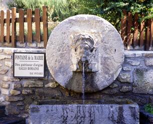フランス プロバンス地方 フォンテンヌドヴォークルーズの泉の写真素材 [FYI04538058]