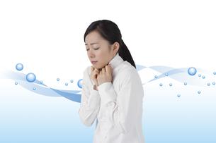 寒気を感じる女性の写真素材 [FYI04538109]
