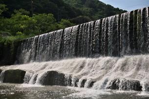 正面斜めから見た堰堤の写真素材 [FYI04538140]