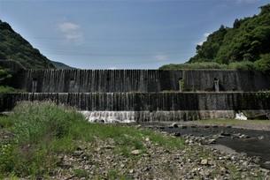 正面から見る堰堤の遠景の写真素材 [FYI04538146]