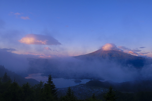 朝日が当たり始めた雲と富士山の写真素材 [FYI04538567]