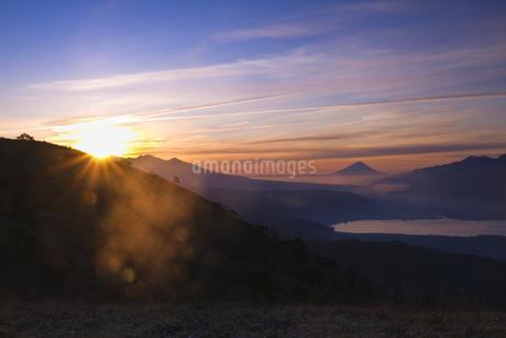 朝日が昇る瞬間の八ヶ岳と富士山の写真素材 [FYI04538570]