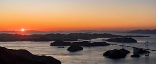 しまなみ海道の来島海峡大橋に沈む夕日の写真素材 [FYI04538598]
