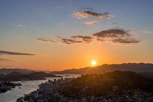 尾道水道へ沈む夕日の写真素材 [FYI04538618]