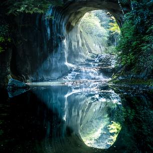 濃溝の滝・亀岩の洞窟 ハートの写真素材 [FYI04538641]