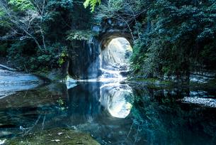 濃溝の滝・亀岩の洞窟 ハートの写真素材 [FYI04538642]