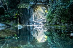 濃溝の滝・亀岩の洞窟 ハートの写真素材 [FYI04538643]