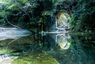 濃溝の滝・亀岩の洞窟 ハートの写真素材 [FYI04538644]