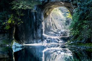 濃溝の滝・亀岩の洞窟 ハートの写真素材 [FYI04538645]