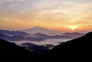 静岡県 雲海に浮かぶ富士山と御来光の写真素材 [FYI04538895]