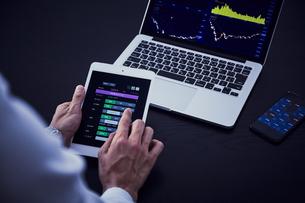 パソコンとスマートフォンとタブレットで株の売買の写真素材 [FYI04539375]