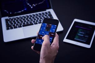 パソコンとスマートフォンとタブレットで株の売買の写真素材 [FYI04539376]