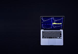 株のチャートを映したパソコンの写真素材 [FYI04539378]