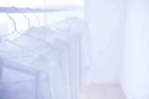 白い部屋と白い服の写真素材 [FYI04539423]