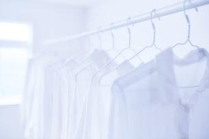 白い部屋と白い服の写真素材 [FYI04539424]