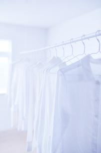 白い部屋と白い服の写真素材 [FYI04539426]