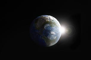 暗い空間に浮かぶ地球の写真素材 [FYI04539669]