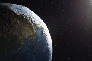 暗い空間に浮かぶ地球の写真素材 [FYI04539670]