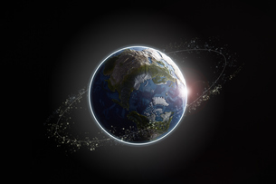 暗い空間に浮かぶ地球と光と光の輪の写真素材 [FYI04539672]