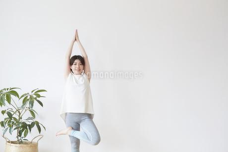 室内でヨガのポーズをとる女性の写真素材 [FYI04539716]
