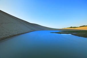 夕暮れの鳥取砂丘と池の写真素材 [FYI04539848]