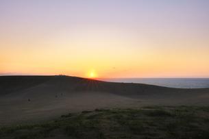 鳥取砂丘と日本海に夕日の写真素材 [FYI04539854]