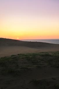 鳥取砂丘と日本海に夕日の写真素材 [FYI04539855]
