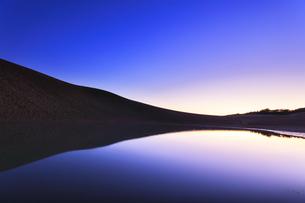 夜明けの鳥取砂丘に池の写真素材 [FYI04539857]