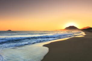 日本海と夜明けの浜辺の写真素材 [FYI04539864]
