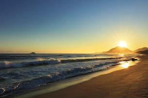 日本海と朝日の写真素材 [FYI04539865]